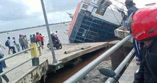 Feri Penyeberangan Kecamatan Tebas-Tekarang Karam di Sungai Sambas detik borneo